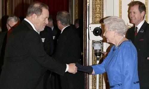 ملکہ برطانیہ نے ہاروی وائنسٹن سے اعزازی ایوارڈ واپس لے لیا