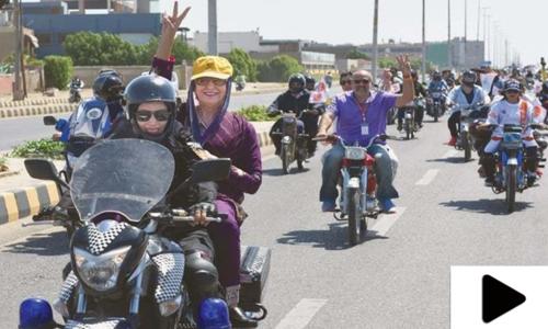موٹرسائیکل چلانے والی خواتین کیلئے اب لائسنس کا حصول ہوا آسان