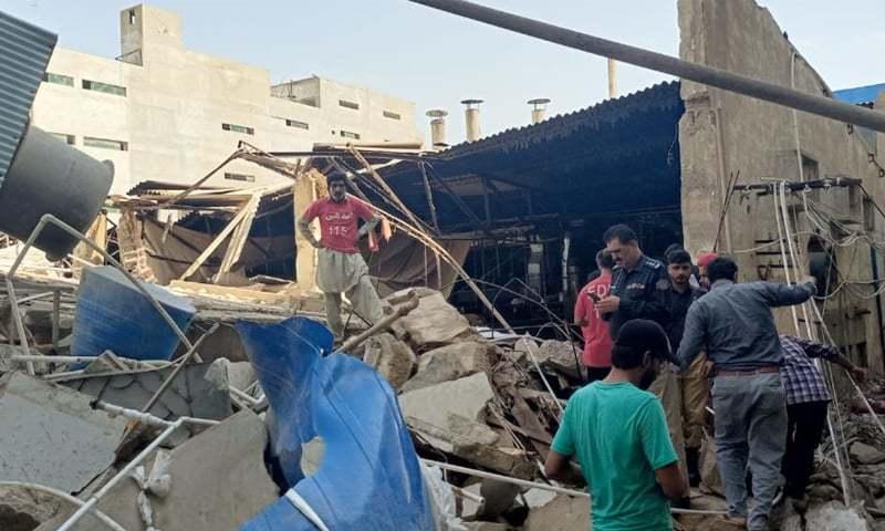 کراچی کے علاقے سائٹ میں گارمنٹس فیکٹری کی چھت گرگئی
