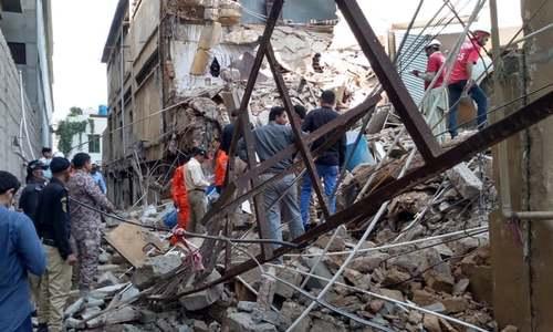 کراچی کے علاقے سائٹ میں گارمنٹس فیکٹری کی عمارت کا ایک حصہ منہدم