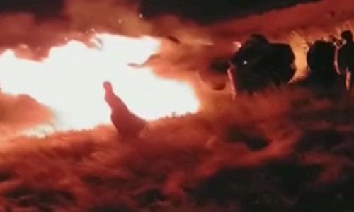کراچی ۔ حیدر آباد موٹروے پر مسافر وین الٹنے کے بعد آگ لگنے سے 13 افراد جاں بحق