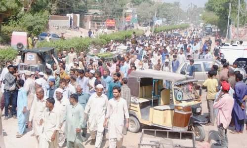 Moving scenes as bodies of van fire victims arrive in Latifabad