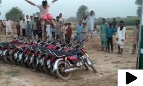 نوجوان نے 14 موٹر سائیکلوں کے اوپر سے جمپ لگانے کا ریکارڈ بنا لیا