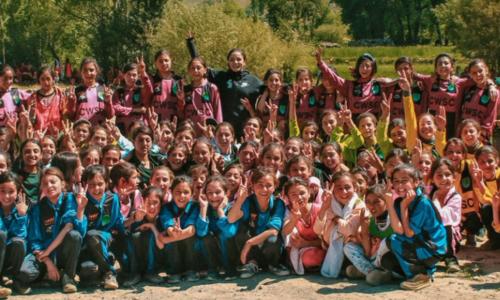 چترال میں لڑکیوں کو تربیت دینے والی مقامی خاتون فٹبالر