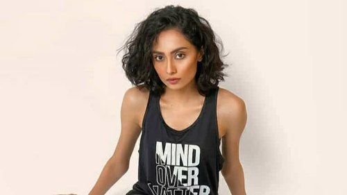 Model Farwa Ali Kazmi reveals she's Covid positive