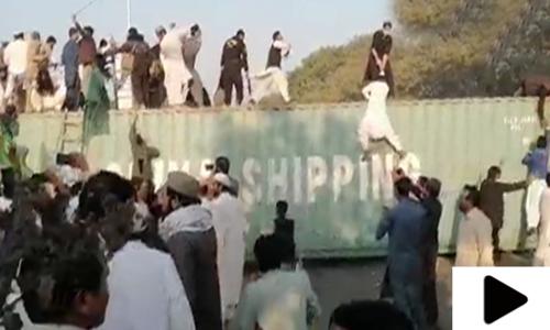 گستاخانہ خاکوں کے خلاف مظاہرہ، پولیس کی شیلنگ