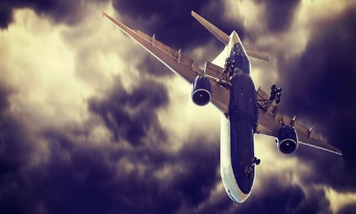 جب ایک طیارے کو اس وقت اتارا گیا جب پائلٹ کھڑکی توڑ کر باہر پھنس گیا