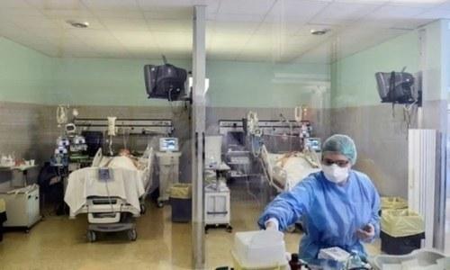 کورونا کی دوسری لہر: پاکستان کے ہسپتالوں میں گنجائش ایک بار پھر ختم ہونے لگی