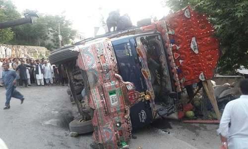 پنو عاقل میں سڑک حادثے میں خواتین اور بچوں سمیت 11 افراد جاں بحق