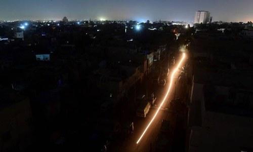 پاکستان میں بجلی کا بریک ڈاؤن: سوشل میڈیا پر مزاحیہ تبصرے، مارشل لا کی افواہیں
