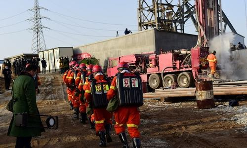 Trapped Chinese gold miners get porridge, blankets