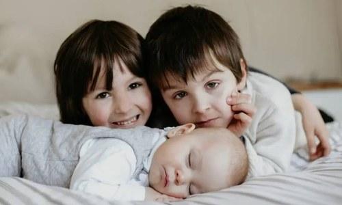 بہن، بھائیوں کو نوزائیدہ بچے سے جذباتی طور پر کیسے جوڑیں؟