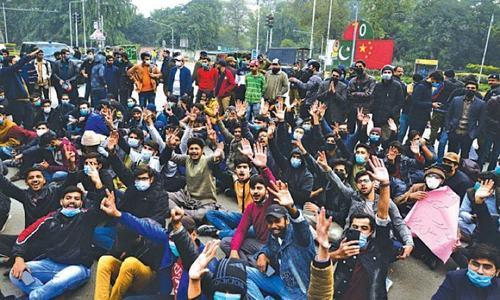 لاہور: طلبہ کا احتجاج، پولیس کے مبینہ لاٹھی چارج سے متعدد زخمی