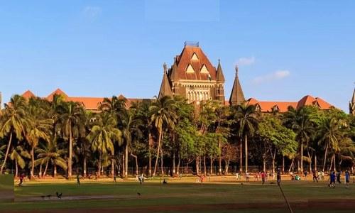 کپڑے کے اوپر سے جسم کو ہاتھ لگانا جنسی ہراسانی نہیں، بھارتی عدالت
