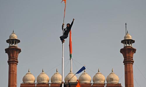 بھارت کے لال قلعے پر خالصتان کا پرچم لہرا دیا گیا