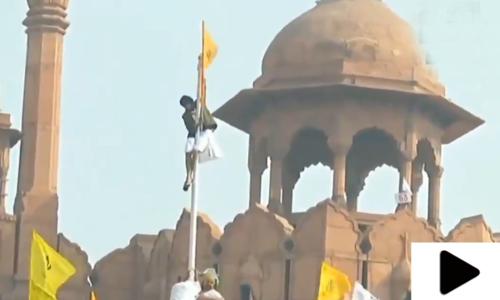 بھارتی کسانوں نے لال قلعہ پر خالصتان کا جھنڈا لہرا دیا