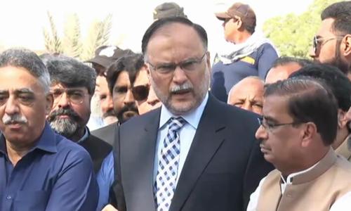 عمران خان اپنا 300 کینال کا محل گروی رکھنے کیلئے پیش کریں، احسن اقبال