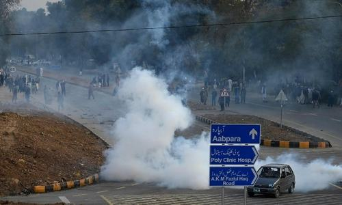 Police, govt employees clash in Islamabad as pay raise protest turns unruly