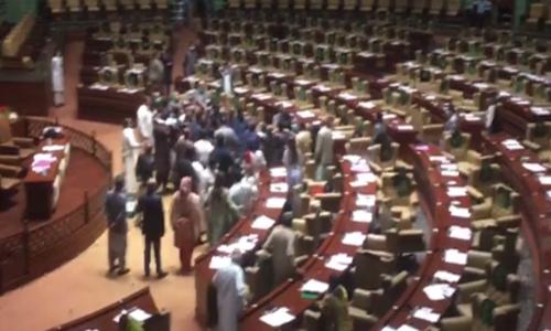 سندھ اسمبلی: پی ٹی آئی اراکین کا ایوان میں 'منحرف اراکین پر حملہ'، شدید ہنگامہ آرائی