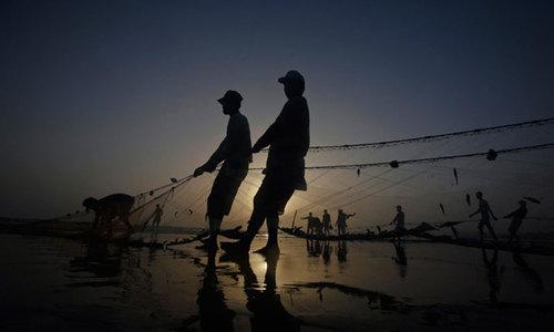 'پہلے ہم 20 ہزار کما لیتے تھے، مگر مچھلیوں کی کمی کے بعد 5 ہزار ہی کما پاتے ہیں'