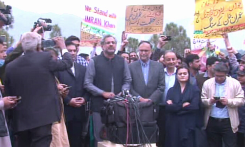 پارلیمنٹ ہاؤس کے باہر مسلم لیگ (ن) کی پریس کانفرنس، تحریک انصاف کے کارکنان کی نعرے بازی