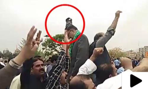 پارلیمنٹ ہاؤس کے باہر لیگی رہنما احسن اقبال کو جوتا پڑ گیا