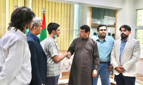 کراچی: 'واٹس ایپ' کے مقابلے کی ایپ تیار کرنے والے طالب علم کے چرچے