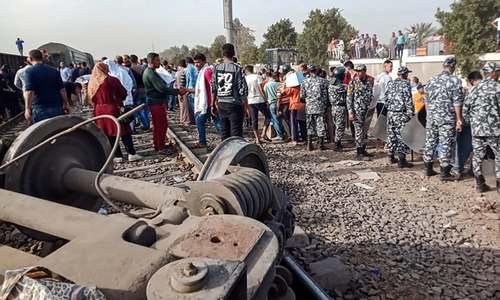 مصر میں مسافر ٹرین پٹری سے اتر گئی، 97 افراد زخمی