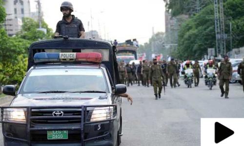لاہور میں پولیس افسر کا ایس او پیز پر عمل نہ کرنے والے شہریوں پر ڈنڈے سے تشدد