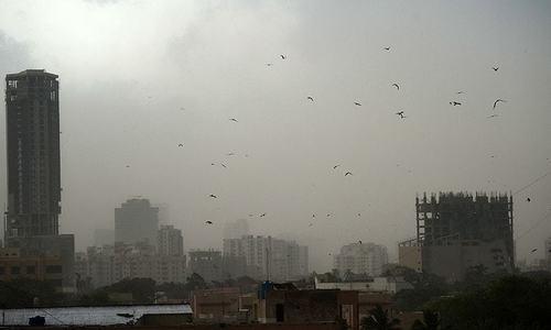 کراچی میں موسم اچانک تبدیل، گرد آلود طوفان کے ساتھ بارش