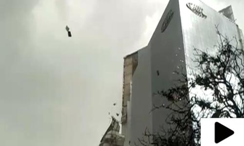 کراچی میں آندھی کے باعث نجی بینک کی عمارت کے شیشے ٹوٹ کر گر گئے