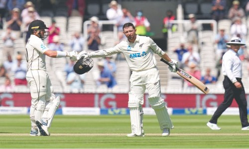 England trail NZ by 267 runs after Conway notches double ton