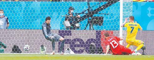 Yarmolenko inspires Ukraine to first win, Italy cruise into last 16