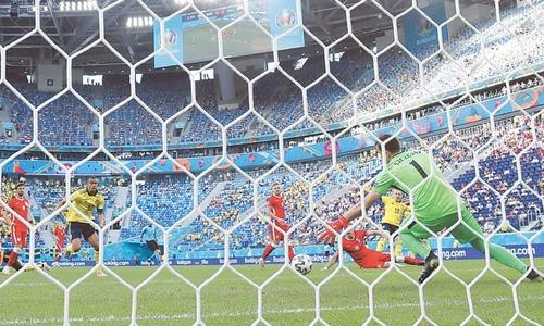 ST PETERSBURG: Sweden's Emil Forsberg (second R) scores past Poland goalkeeper Wojciech Szczesny during their Group 'E' match at St Petersburg Stadium on Wednesday.—AP