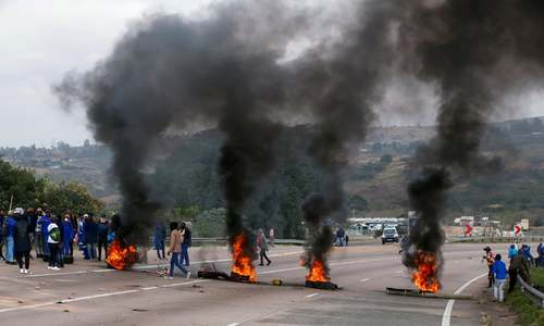 28 arrested and highway closed over pro-Zuma protests