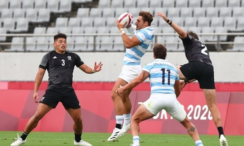 Heavyweights advance at rugby sevens but Australia left to sweat