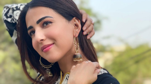 Actor Ushna Shah announces she has tested positive for Covid-19