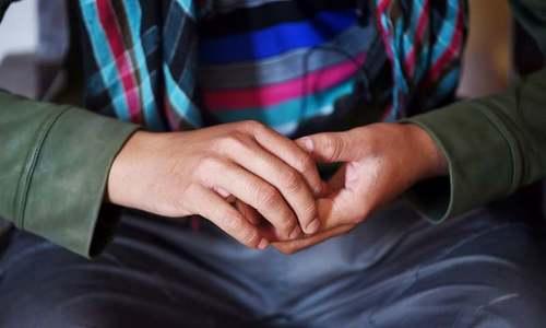 ڈیرہ غازی خان: 'بے گناہی' ثابت کرنے کیلئے لڑکا گرم کلہاڑی چاٹنے پر مجبور