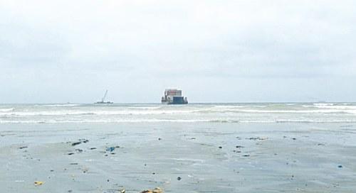 Heng Tong 77 ship becomes stuck again after floating 400m at Karachi's Seaview