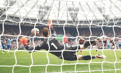 Chelsea cruise at Spurs, De Gea and Lingard star in United win