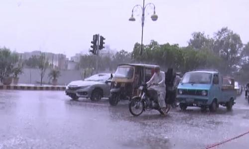 کراچی کے مختلف علاقوں میں ہلکی و تیز بارش سے موسم خوشگوار