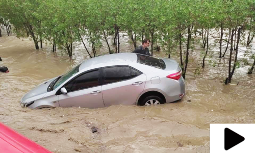 کراچی میں چندگھنٹوں کی بارش میں سڑکیں ڈوب گئیں، ٹریفک کی روانی متاثر