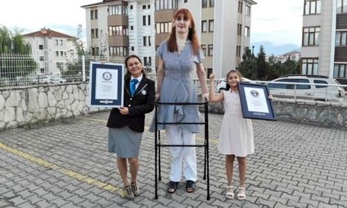 ترکی کی 24 سالہ رومیسا دنیا کی سب سے طویل القامت خاتون قرار