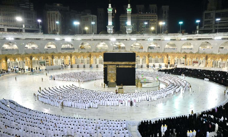 کورونا وائرس: مسجد الحرام میں سماجی فاصلے کے بغیر نمازِ فجر کے روح پرور مناظر