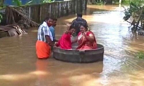 بھارت: سیلاب کے باعث دلہا، دلہن کا شادی کی تقریب میں پہنچنے کیلئے دیگچے کا استعمال