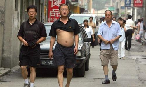 آخر چینی 'سیٹھ' اپنی شرٹ کو سینے تک کیوں لے جاتے ہیں؟