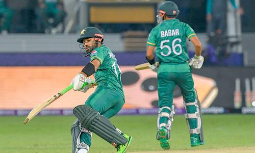 ٹی 20 ورلڈ کپ: بھارت کیخلاف بابر کی ففٹی اور پاکستان کی سنچری مکمل