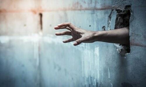 بیوی سے دور رہنے کے لیے جیل جانے کا خواہشمند شوہر