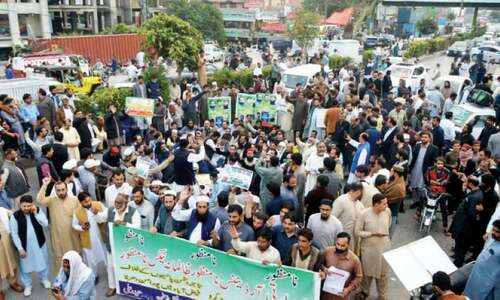 Commuters caught off guard as protesting traders block Faizabad