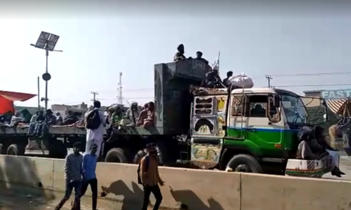 Undeterred, thousands of TLP workers head towards Gujranwala in rally